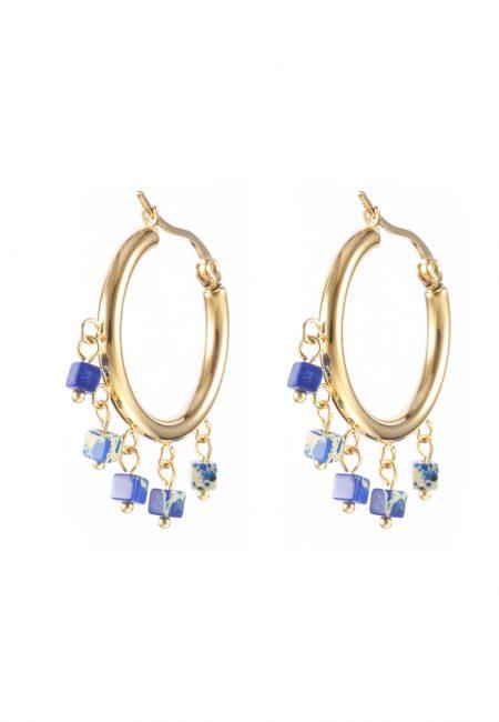 Creool oorbellen met blauwe steentjes.