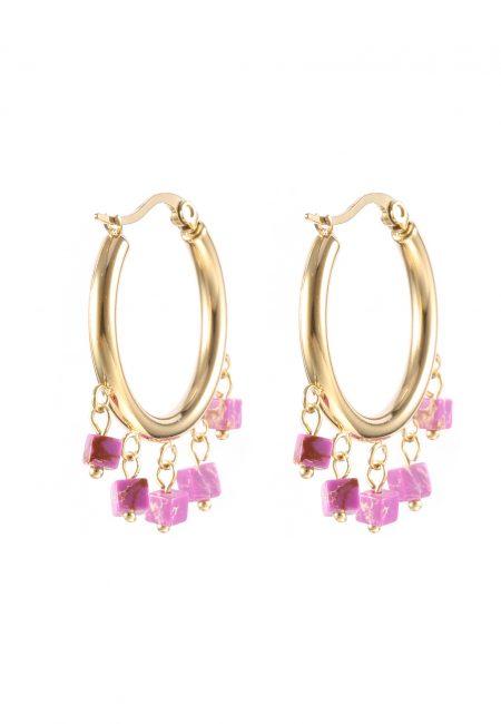 Creool oorbellen met paarse steentjes.